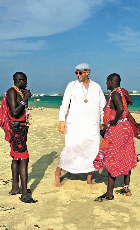 Robert Norton, CEO e cofundador da Saatchi Online, com massais, numa praia do Quênia Terceiro / Agência O Globo