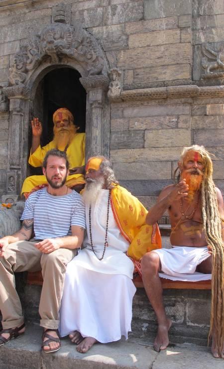 O artista plástico carioca Antonio Bokel cansou de ver pedacinhos de culturas em museus. Na foto, Bokel com Sadhus, hindus que vivem para meditar Terceiro / Reprodução
