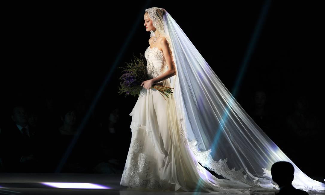 A estilista mostrou que também sabe fazer uma noiva clássica TORU YAMANAKA / Divulgação