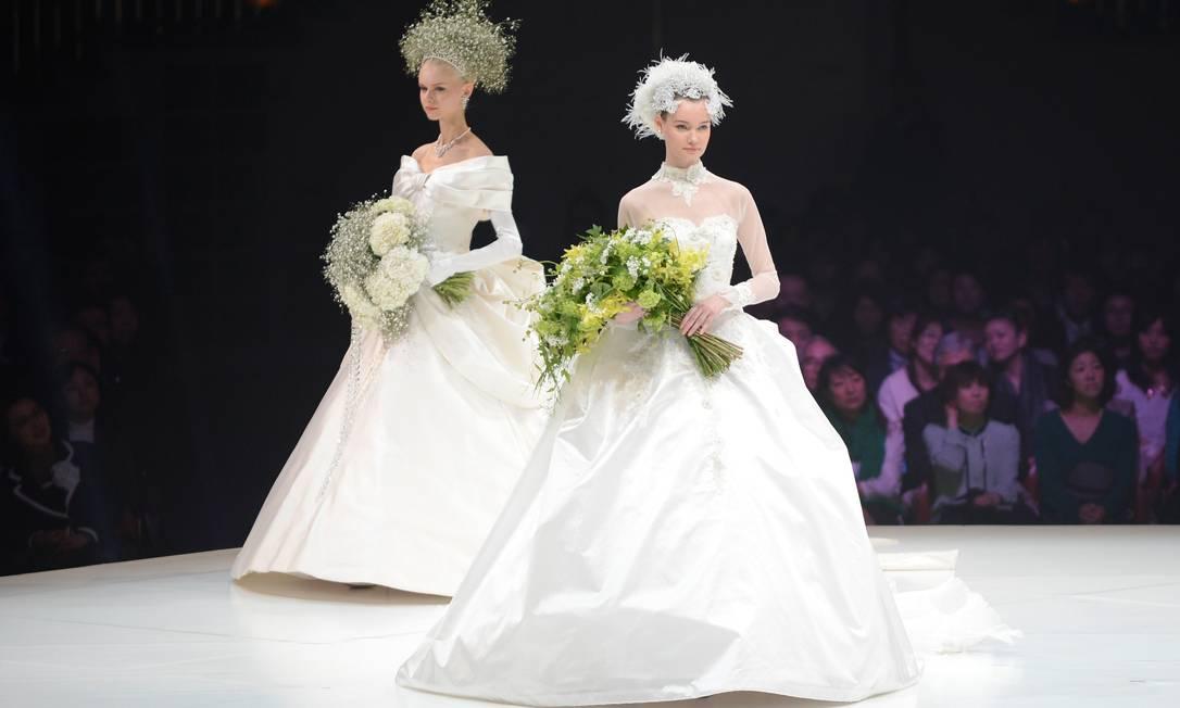 As flores do buquê foram parar em arranjos de cabeça TORU YAMANAKA / AFP