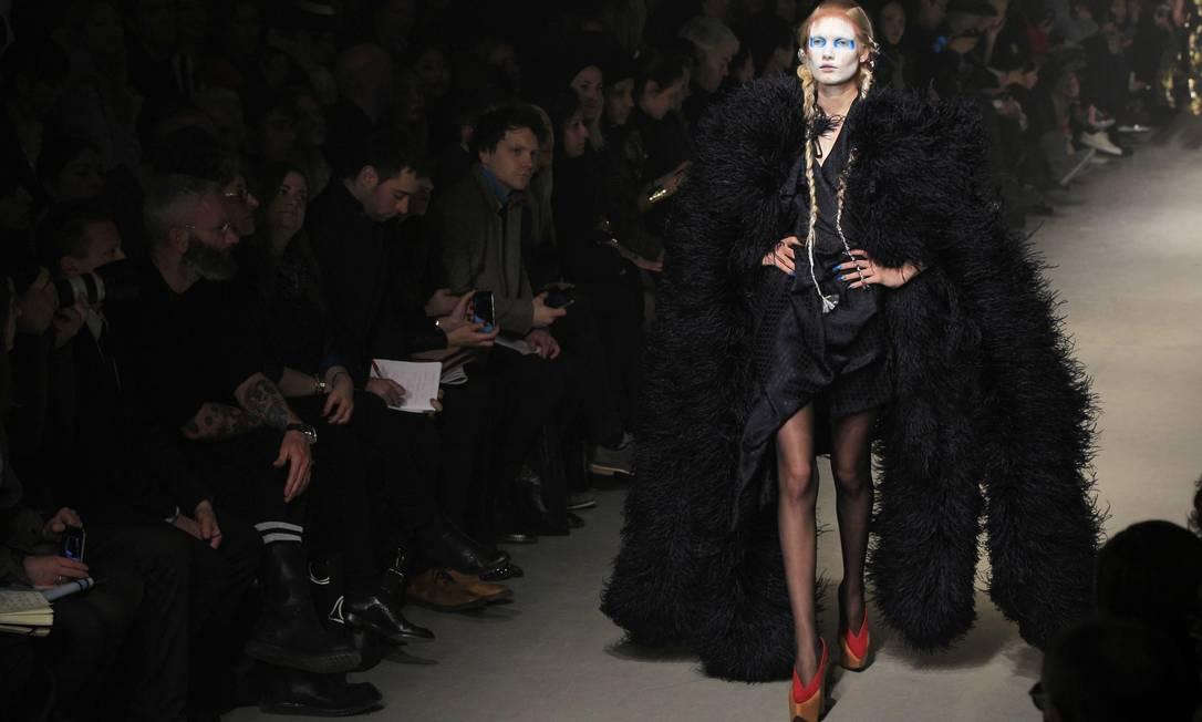 Eterna rainha do punk, Vivienne Westwood voltou a investir em looks conceituais. GONZALO FUENTES / REUTERS/Gonzalo Fuentes