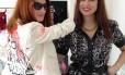 À esquerda, Taylor Tomasi Hill, it-girl e diretora artística do e-commerce Moda Operandi, encantada com o grafite