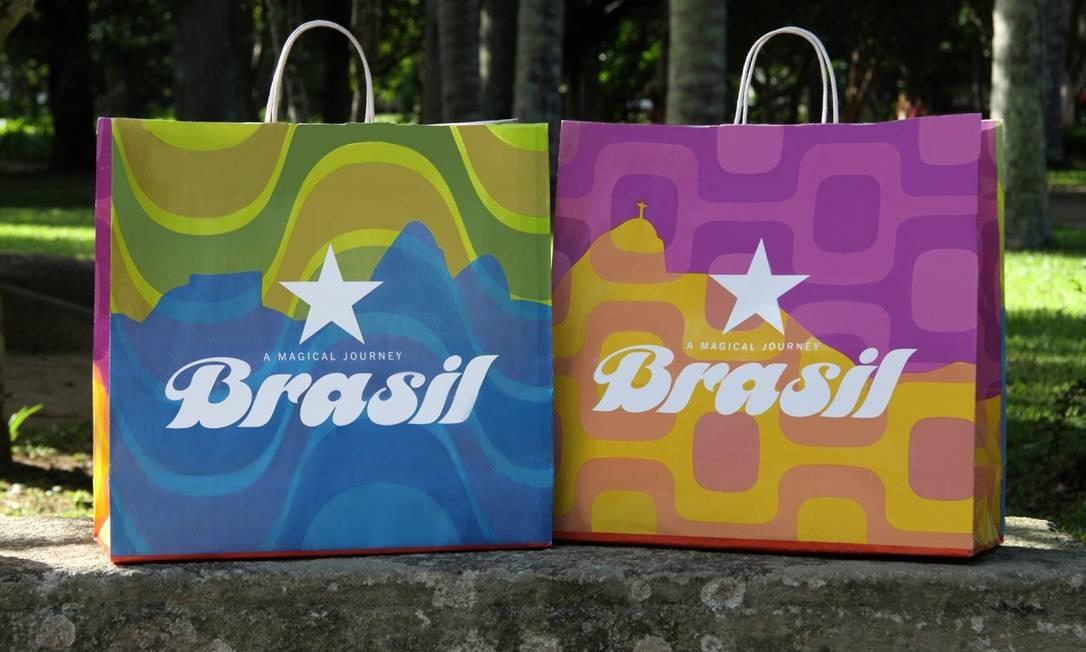 As bolsas desenvolvidas por ela para a Macy's: trabalho deu projeção internacional à artista Foto: Divulgação