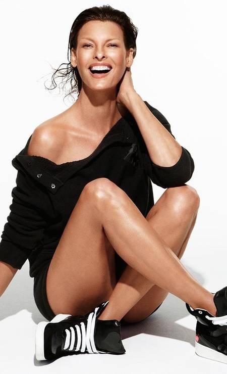 Aos 47 anos, Linda Evangelista segue requisitada. Ela é até uma das estrelas da campanha de verão 2013 de acessórios da Hogan Foto: Reprodução