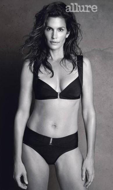 """A top americana Cindy Crawford fez fotos com pouca roupa para a revista """"Allure"""". A forma da modelo de 47 anos foi bem elogiada. Mas, nem tudo é como parece Reprodução"""