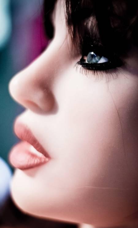 A boneca Valentina, que terá sua virgindade leiloada, foi a grande atração da 1ª Mostra Internacional de Bonecas Infláveis, que aconteceu em São Paulo e reuniu curiosos sobre o fetiche Foto: Marcos Alves / Agência O Globo