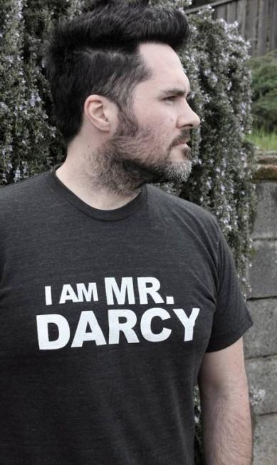 """Símbolo pop, Mr. Darcy está numa série de produtos entre camisetas, louças e adaptações literárias. Na imagem, a t-shirt """"Eu sou Mr. Darcy"""", criada pelo Jane Austen Centre Terceiro / Divulgação"""