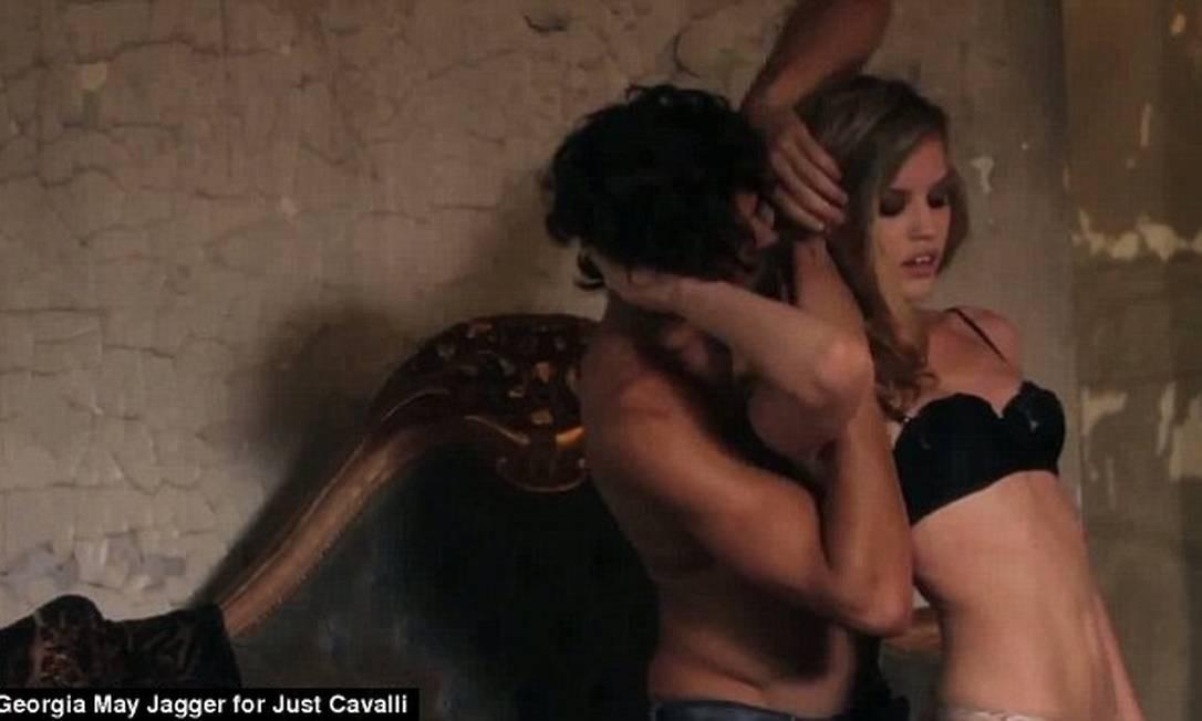 Marlon passou boa parte do filme sem camisa. Georgia, entretanto, apareceu de lingerie em alguns momentos Foto: Reprodução