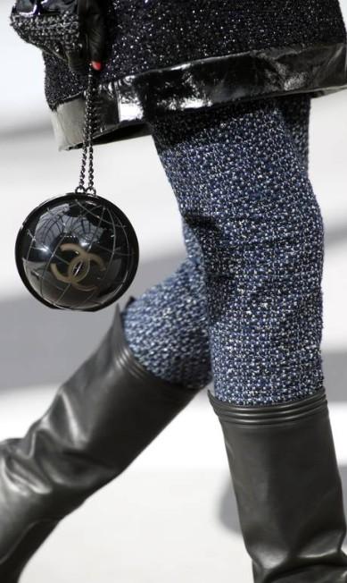 A bolsa em formato de globo terrestre foi um dos itens mais desejados do inverno da Chanel Thibault Camus / AP
