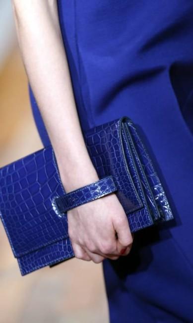 A carteira azul de couro da Valentino é para ser usada presa ao pulso Thibault Camus / AP