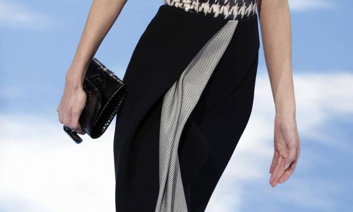Truque de styling na Dior: use sua bolsa de ponta-cabeça FRANCOIS GUILLOT / AFP