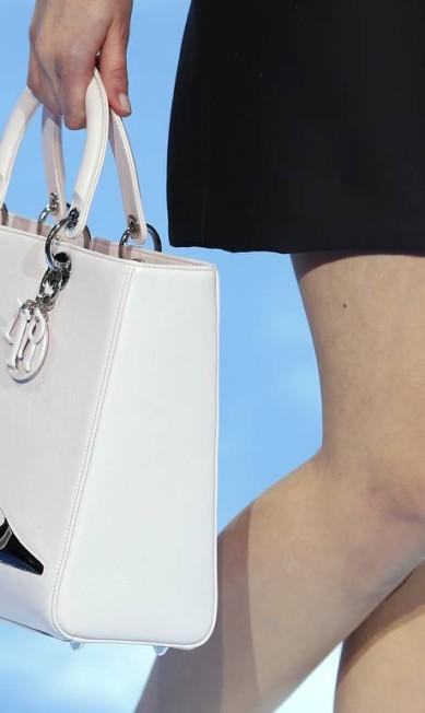 Duas paixões na mesma peça: a Dior estampou um sapato em sua bolsa estruturada Jacques Brinon / AP