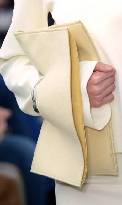 A Céline inovou ao colocar na passarela a carteira encaixada no pulso MARTIN BUREAU / AFP