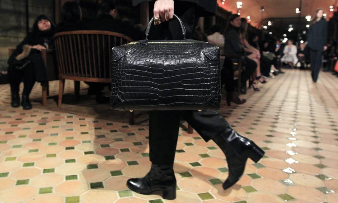 A poderosa Hermès investiu em maxibolsas de couro. O material, aliás, é o favorito da maison francesa, dona das it-bags Kelly e Birkin GONZALO FUENTES / REUTERS