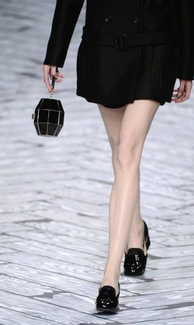 Seguindo a linha da Chanel, a marca holandesa Viktor & Rolf mostrou bolsas em formato de bomba na passarela MARTIN BUREAU / AFP