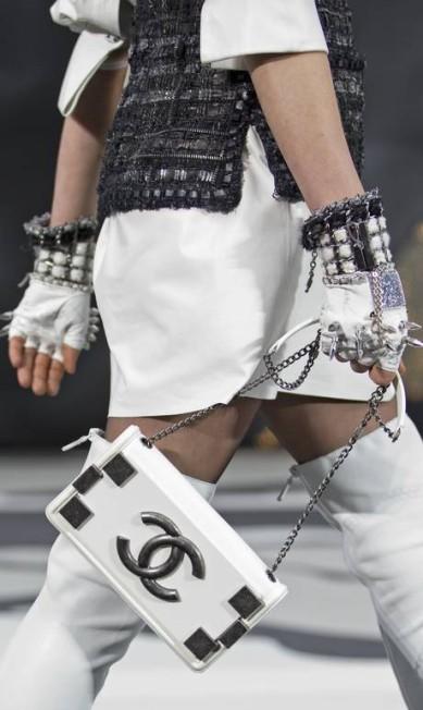 Logomania: na passarela da Chanel, os acessórios vieram marcados com o símbolo da casa CHARLES PLATIAU / REUTERS