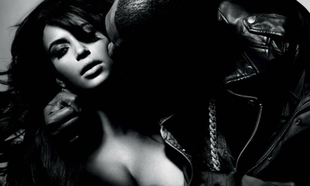 """Kanye West e Kim Kardashian esquentaram o clima na sessão de fotos para a revista francesa """"L'Officiel Hommes"""". Em um dos ousados clqiues, o rapper toca os seios da socialite, que dará à luz em julho Reprodução"""