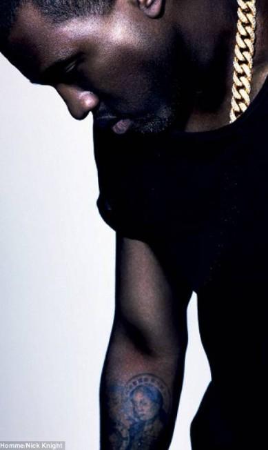 Mais um clique de Kanye West - observe a tatuagem religiosa do rapper Reprodução