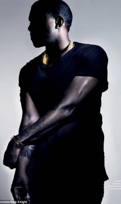 Fashionista, Kanye West exibe suas tatuagens para a revista Reprodução