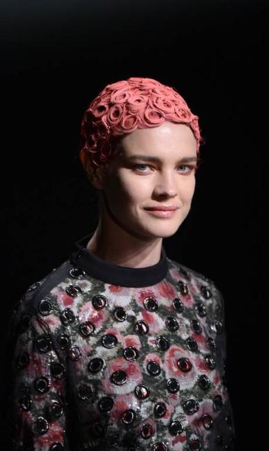 As modelos desfilaram com os cabeloes cobertos por uma espécie de touca, semelhante a usada pelos nadadores MARTIN BUREAU / AFP/Martin Bureau