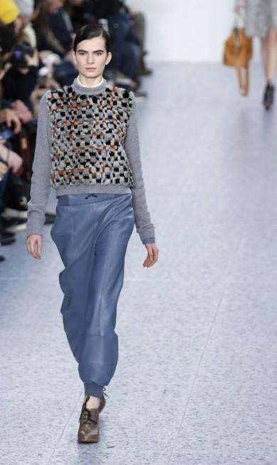 A combinação do casaquinho com calça de cintura baixa é outra aposta da estilista Clare Waight PATRICK KOVARIK / AFP/Patrick Kovarik