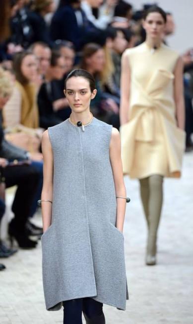 A estilista não se intimidou com os vestidos de cintura marcada que dominaram as outras coleções e investiu em peças amplas com corte mais reto MARTIN BUREAU / AFP/Martin Bureau