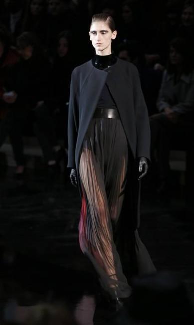 Transparências deram mais sensualidade às calças, de cintura alta e bem marcadas FRANCOIS GUILLOT / AFP/François Guillot