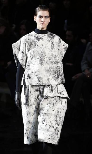 Bill Gaytten, da marca John Galliano, investiu nas formas amplas na sua coleção de inverno FRANCOIS GUILLOT / Reuters/Benoit Tessier