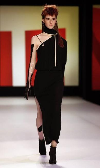 O estilista francês, ídolo de Madonna, também jogou suas fichas na assimetria e nas fendas generosas BENOIT TESSIER / AFP/Pierre Verdy
