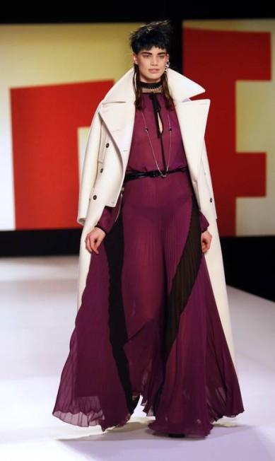 Tecidos leves e transparências foram características de alguns vestidos da coleção PIERRE VERDY / AFP/Pierre Verdy