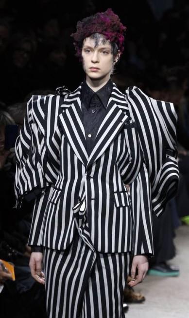 A estilista brincou com as modelagens dos terninhos levemente acinturados FRANCOIS GUILLOT / AFP/François Guillot