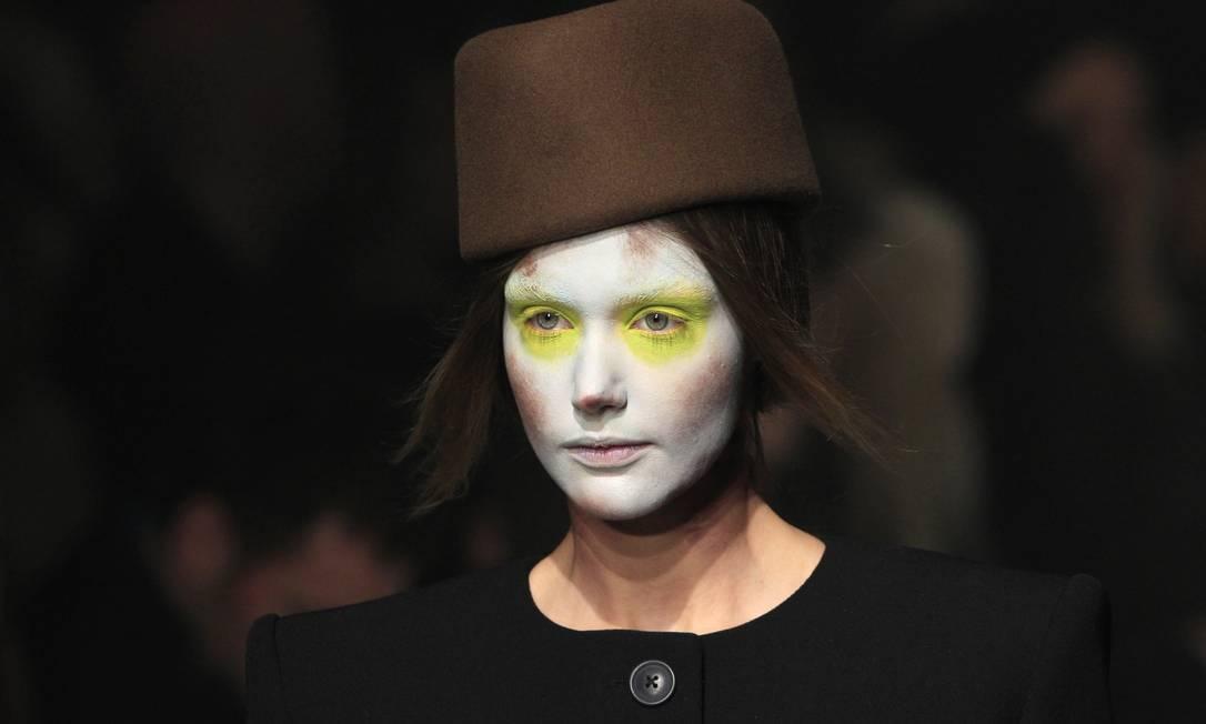 A estilista britânica colocou na passarela modelos com o rosto todo pintado, repetindo a fórmula usada na temporada anterior. Muitas delas usavam adereços de cabeça pouco convencionais. GONZALO FUENTES / REUTERS/Gonzalo Fuentes