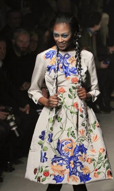 O bordado de flores coloridas chamaram atenção nos vestidos e nas jaquetas GONZALO FUENTES / REUTERS/Gonzalo Fuentes