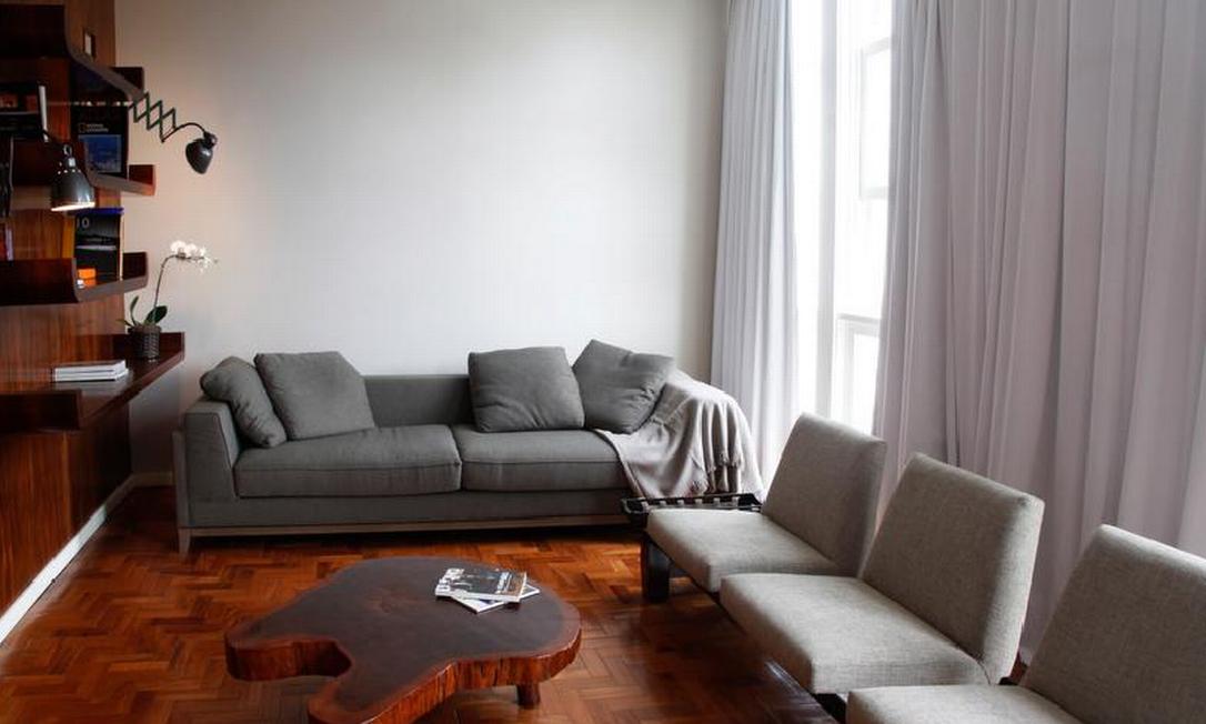 Sala do apartamento em Ipanema que Antonio decorou para alugar Ana Branco/ O Globo