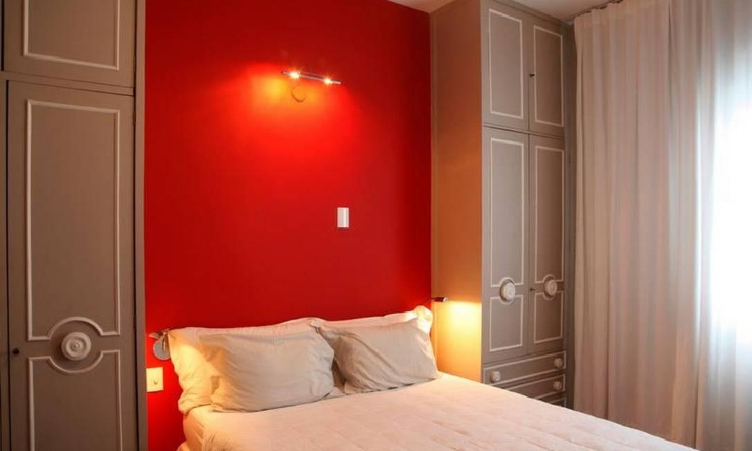 Em seu quarto, escolheu uma mistura de vermelhos para a parede Ana Branco/ O Globo