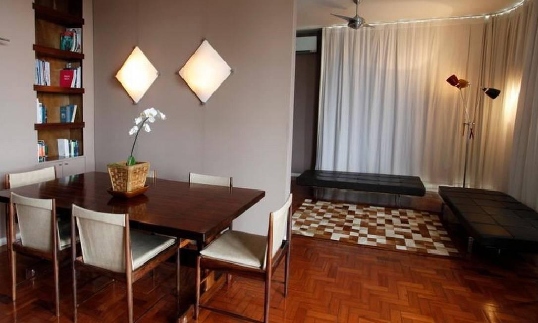 Na sala, móveis assinados se misturam à criações próprias e garimpos Ana Branco/ O Globo