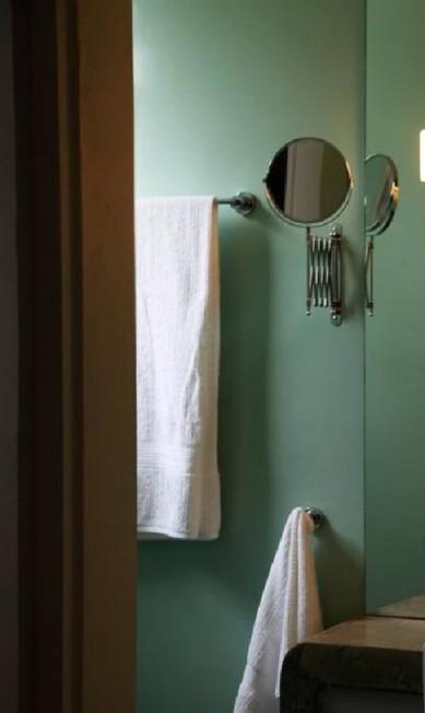 Detalhe do banheiro do apartamento que será alugado Ana Branco/ O Globo