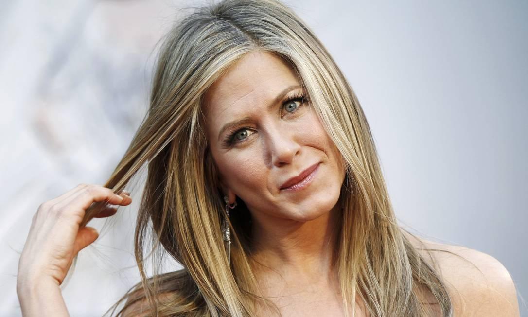 """""""Já Jennifer Aniston optou pelo cabelo solto, sem nenhum detalhe. Verdade que este cabelo é sua marca registrada, mas um penteado semi-preso com ondas poderia ter surpreendido mais e dado maior destaque ao seu Valentino vermelho tomara-que-caia"""", ressalta Vera Mosconi LUCAS JACKSON / Reuters"""