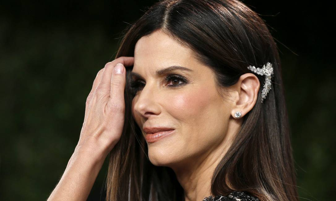 """""""O prendedor de Sandra Bullock, imagino que de diamantes, também chamou atenção. Ela equilibrou o liso total com o detalhe do acessório glamuroso"""", acredita a hair stylist Vera Mosconi, do Studio Vera Mosconi Beauty DANNY MOLOSHOK / Reuters"""