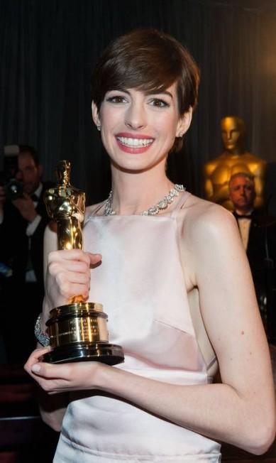 Os cabelos curtos imperaram na 85ª edição do Oscar. O corte fez atrizes como Anne Hathaway (foto) e Charlize Theron brilhar VALERIE MACON / AFP