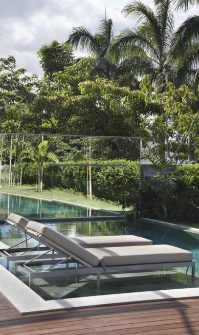 Piscina alongada: a intenção de Paola Ribeiro foi levar o verde do jardim para dentro da água Terceiro / Reprodução