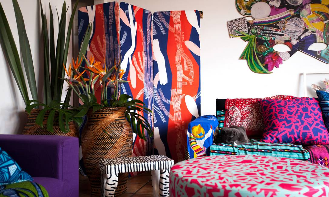 Em parceria com o e-commerce Oppa, a Neon, da dupla Dudu Bertholini e Rita Comparato, lançou uma linha composta por sofás, pufes, almofadas e biombos revestidos com estampas icônicas da divertida marca Reprodução
