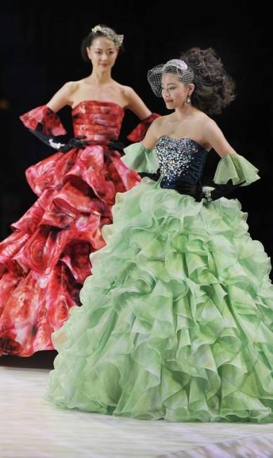 Para as noivas ainda mais ousadas, vestidos coloridos e até estampados TORU YAMANAKA / AFP