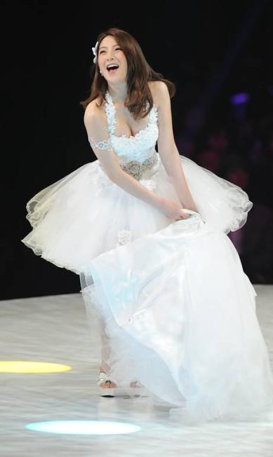 Ji Young, integrante do grupo Kara, da Coreia do Sul, veste criação da marca japonesa Yumi Katsura em desfile em Tóquio TORU YAMANAKA / AFP