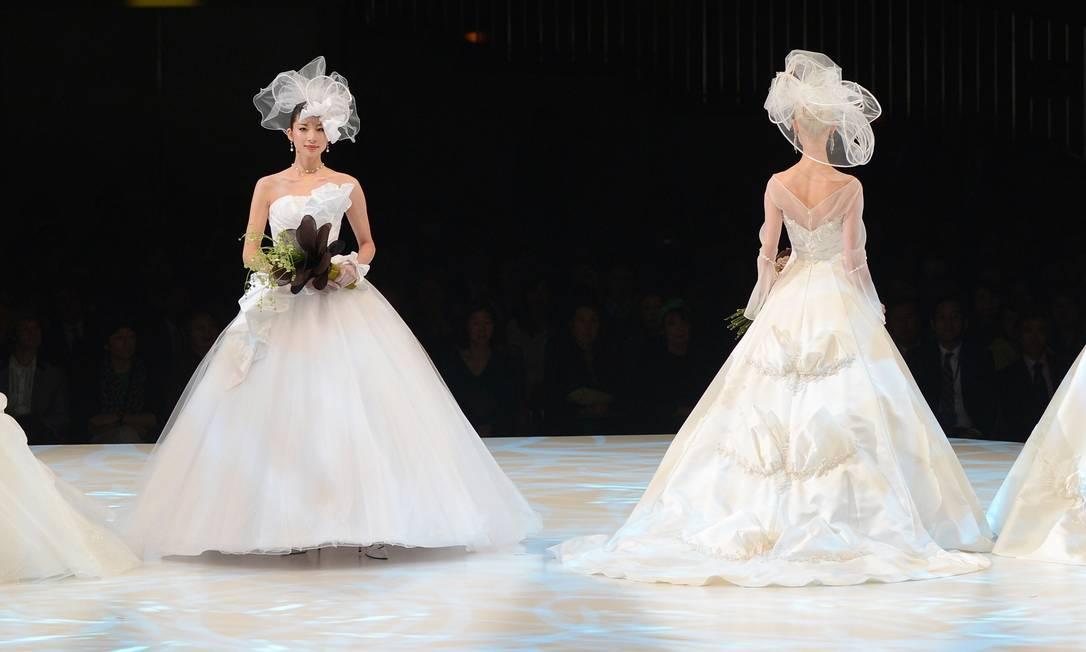 A estilista Yumi Katsura optou por inovar nas criações para noivas apresentadas por ela em desfile em Tóquio TORU YAMANAKA / AFP