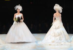 A estilista Yumi Katsura optou por inovar nas criações para noivas apresentadas por ela em desfile em Tóquio Foto: TORU YAMANAKA / AFP