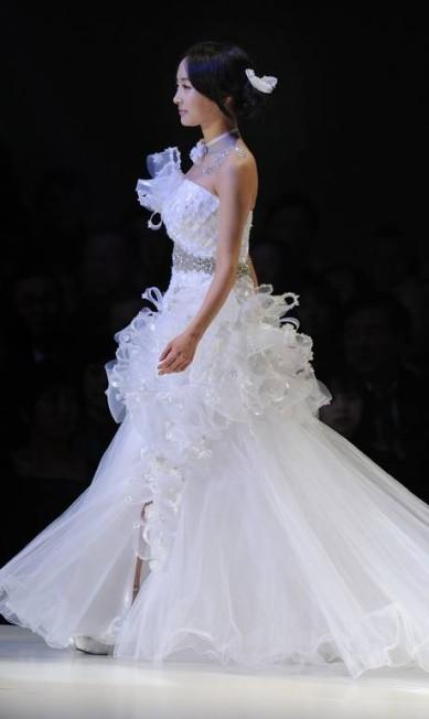 Nada de minimalismo nas criações da estilista Yumi Katsura TORU YAMANAKA / AFP