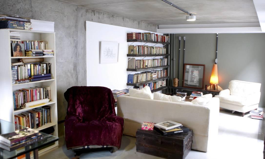 Na biblioteca, tubulação aparente e parede cinza Gustavo Stephan / Gustavo Stephan / O Globo