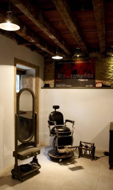 A sala ganhou cadeira e espelho de barbeiro da Rua do Lavradio Gustavo Stephan / Gustavo Stephan / O Globo
