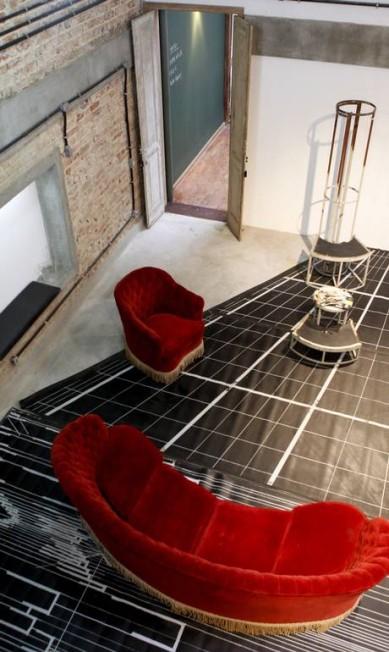 Móveis vermelhos e restos de cenários Gustavo Stephan / Gustavo Stephan / O Globo